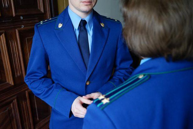 Глубокий синий – цвет прокурорских работников.