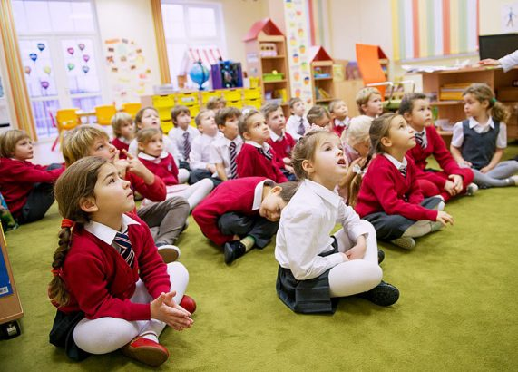 Дети в частном детском саду иногда даже носят форму.