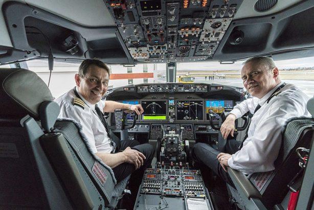 Капитан корабля и второй пилот в кабине самолета