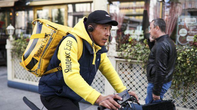 Курьер Яндекс.Еда на велосипеде успевает больше