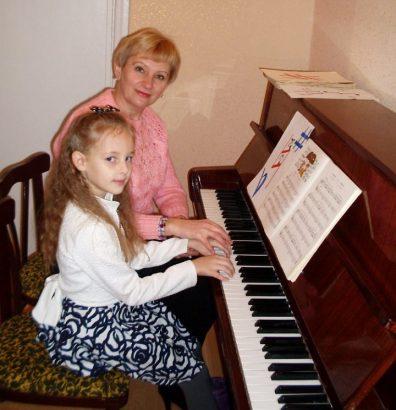 Играющая на фортепьяно няня котируется выше.