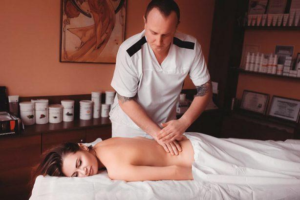 Традиционный массаж – тяжелая работа. Больше пары сеансов подряд провести трудно.