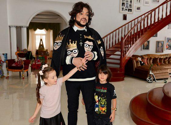 Киркоров с детьми в холле своего загородного дома.