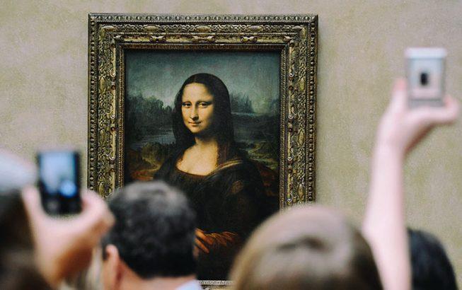 У самой известной картины Леонардо да Винчи всегда людно