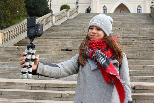 По началу Катя придумывала и снимала свои ролики в одиночку