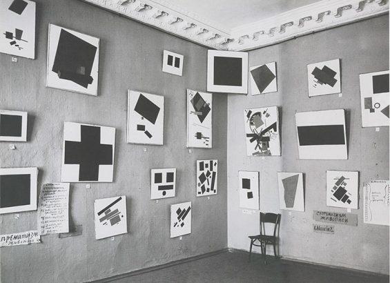 Черный квадрат выламывается из пространства выставки «0,10»