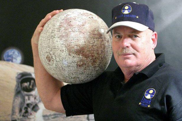 Деннис Хоуп и лунный глобус