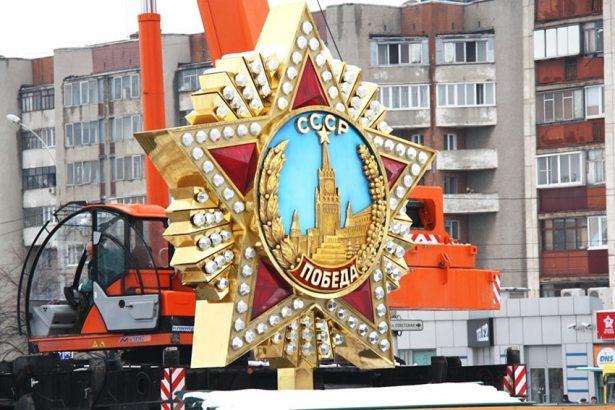 Орден «Победа» на шпиле обелиска Победы в Липецке