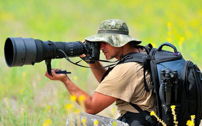 Профессиональный зеркальный фотоаппарат с большим объективом не только очень дорогая, но и весьма тяжелая вещь!